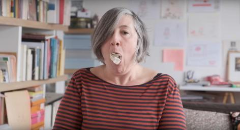 Cracher le morceau - installation vidéo - vidéo, boules de papier - 2020